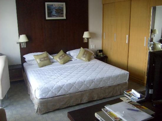 Metropole Hotel: nice bed