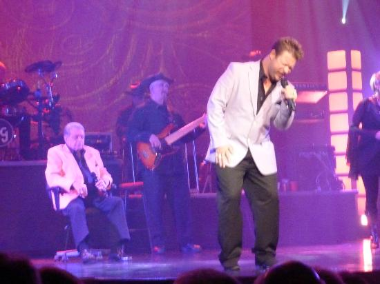 Mickey Gilley Theatre : Mickey in the background