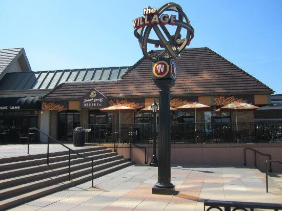 Sheraton Westport Chalet Hotel St. Louis: Area adjacent to hotel; many great restuarants