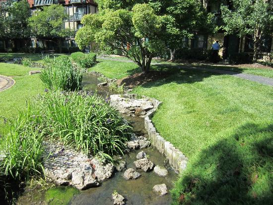 Sheraton Westport Chalet Hotel St. Louis: Beautiful grounds around the hotel