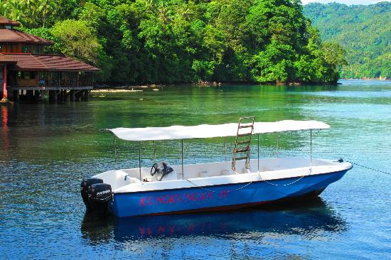Kungkungan Bay Resort: Dive boat and restaurant