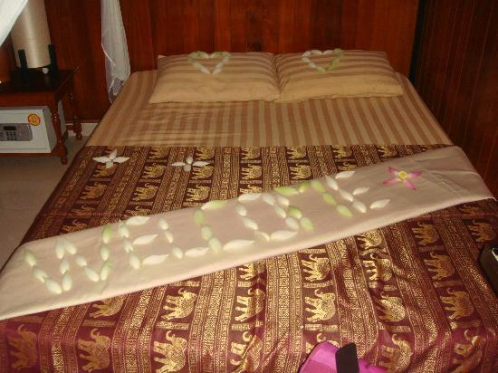 Golden Temple Villa: Our bedroom complete with welcome lotus petals