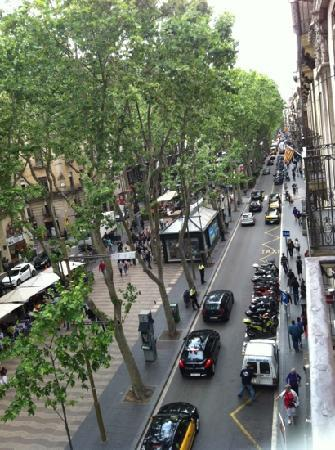 Hotel Cuatro Naciones: Day time view of Las Ramblas from balcony