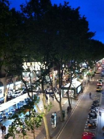 ‪كواترو ناسيونس: Night time view of Las Ramblas from balcony‬