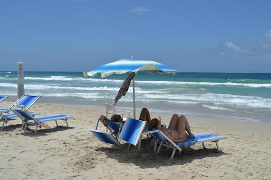 Hotel Coco Paraiso: Отличный пляж напротив отеля Коко Параисо. Место под зонтиком и лежаки включены в стоимость номе
