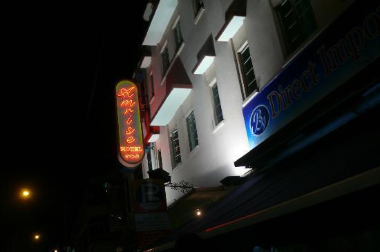 โรงแรมแอมไรส์: Front side of Amrise building, nice hotel!