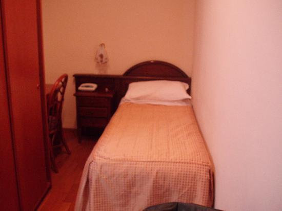 Hotel Spagna: 狭いが机がある(左側)