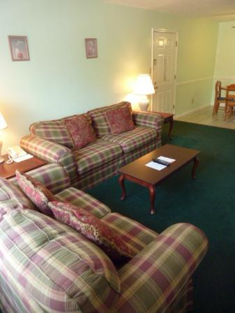 Red Roof Inn Madison, AL : Living room in a 1 bedroom Suite