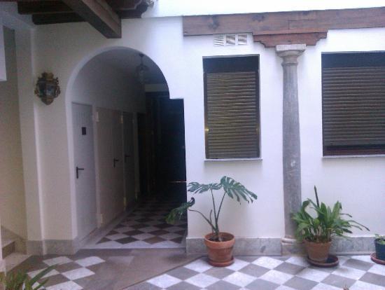 Alandalus Apartments : Patio al que dan las ventanas
