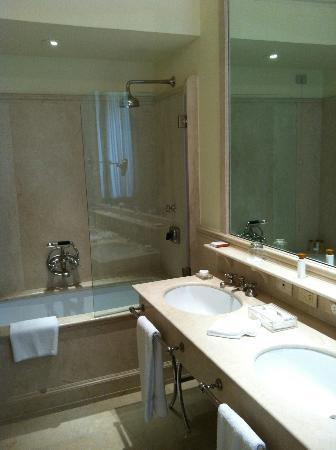 Hotel Lungarno: Vasca con doccia