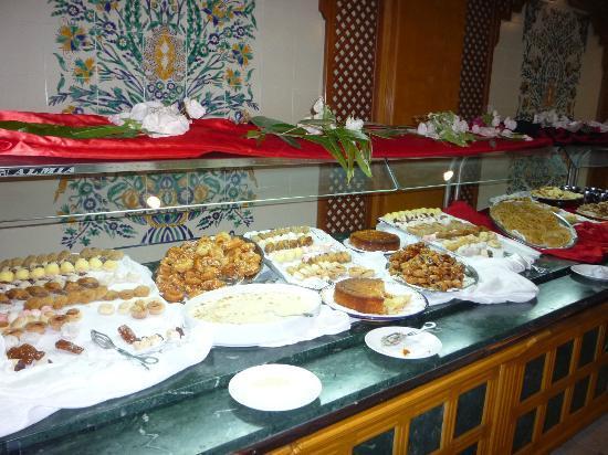 Al Jazira Beach & Spa: buffet de dessert de la soirée tunisienne