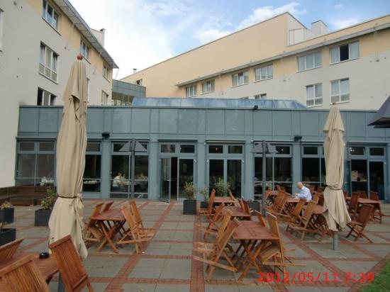pentahotel Berlin-Potsdam: テラスからレストラン