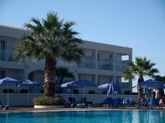 Sandy Beach Resort: bottom pool area
