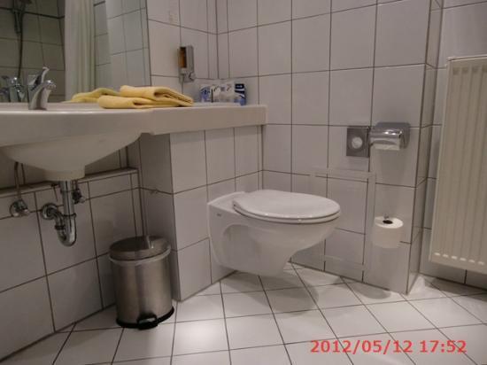 DORMERO Hotel Dresden Airport: バスルーム