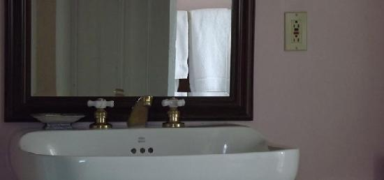 Marathon Inn: Superior Room Bath