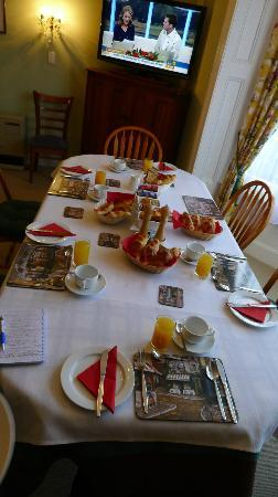 Mon Logis Bed and Breakfast: Breakfast Table