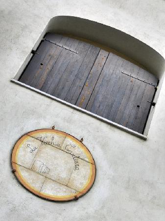 Hotel La Vecchia Cartiera: Stemma sulla facciata posteriore
