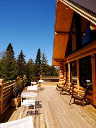 Le Domaine du Lac Saint Charles : la terrasse pour les petits déjeuners et les bains de soleil au calme!