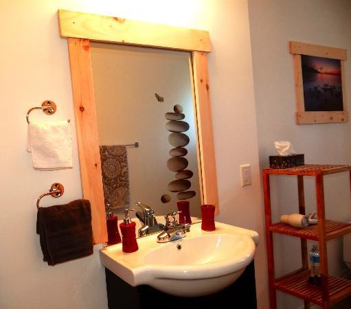 Le Domaine du Lac Saint Charles : Salle de bain très propre et bien décorée