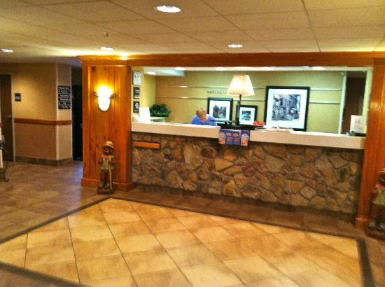 Hampton Inn Franklin: Front desk checkin area.