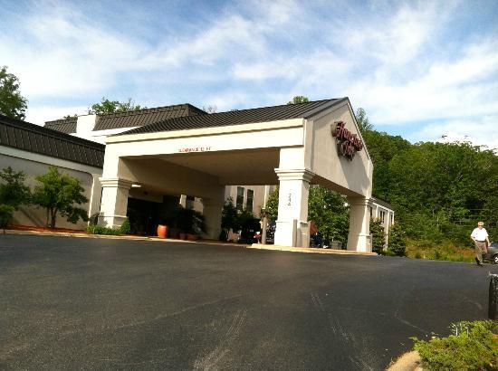 Hampton Inn Franklin: View of front of hotel.