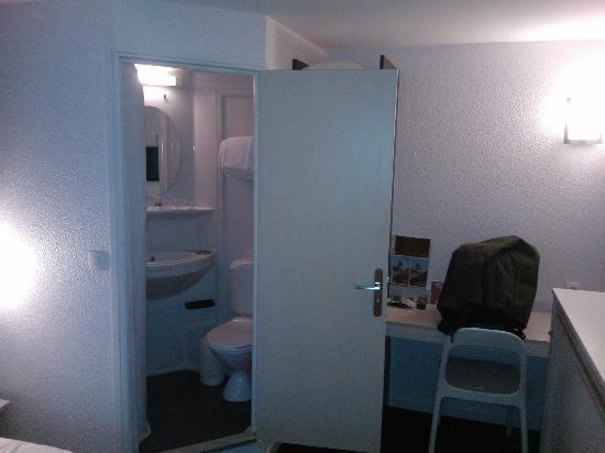 Hotel balladins Lyon/Dardilly : Vue des toilette et de la douche à gauche