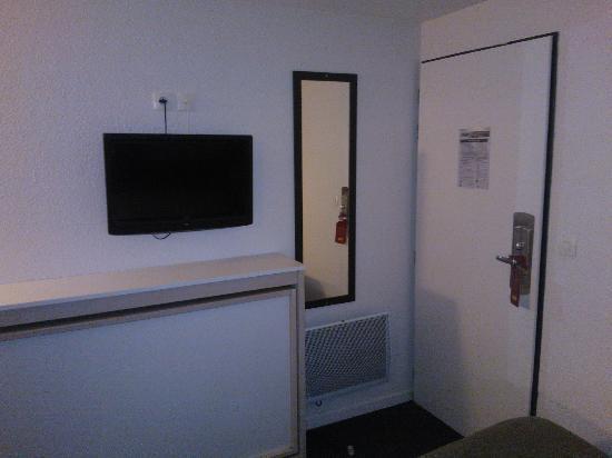Hotel balladins Lyon/Dardilly : Possibilité de mettre une troisième personne le lit est sous la télé
