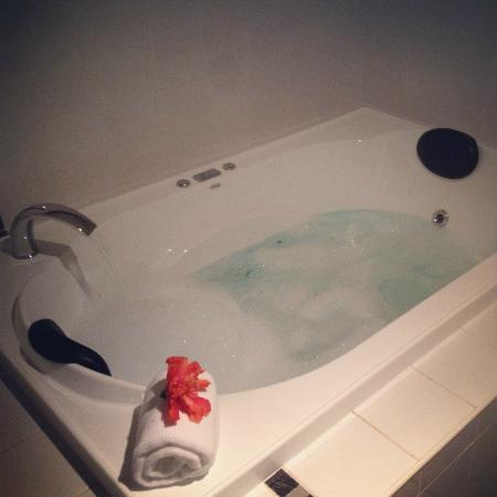 Camelot Cottages: Massive spa-bath