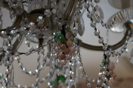 Rivertown Inn: the beautiful chandelier in the Lewis Carroll bedchamber