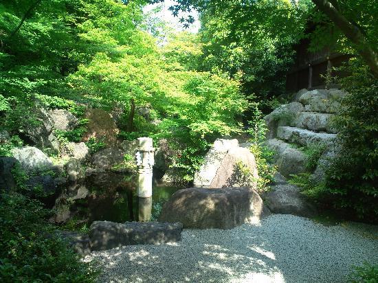 Samukawa Shrine : 社殿裏手の庭園入口にある池