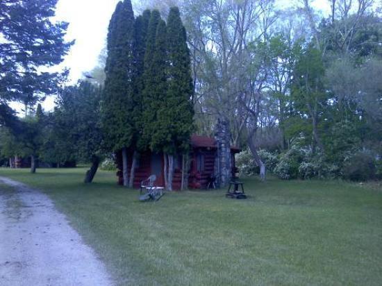 Uhrick's Lincoln Log Motel: Private,with full kitchens