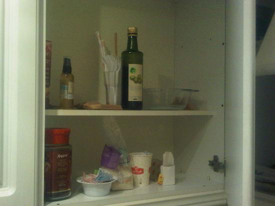 London Aparthotel: Kitchen cabinet uncleaned. Leftover food from previous guests
