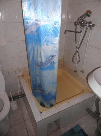 Na Sapyornom: salle de bain avec un bac à douche dès plus rudimentaire