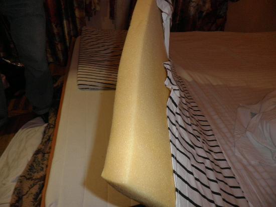 Na Sapyornom: matelas mousse de remplacement reposé sur le matelas souillé