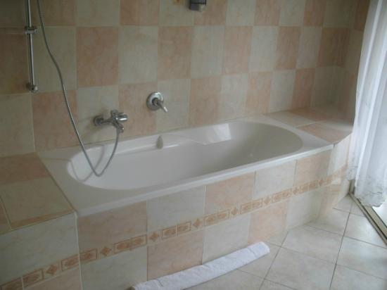 Carana Hilltop Villa: Double room bathroom