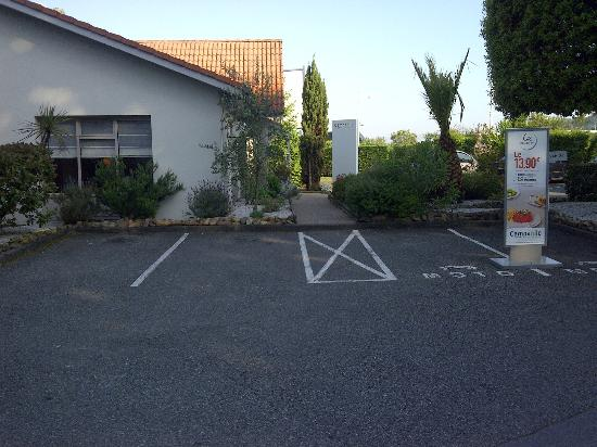 Campanile Biarritz : Parking by entrance to reception