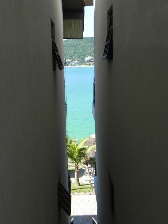 Bombinhas Tourist Hotel e Pousada: Espiando el mar...