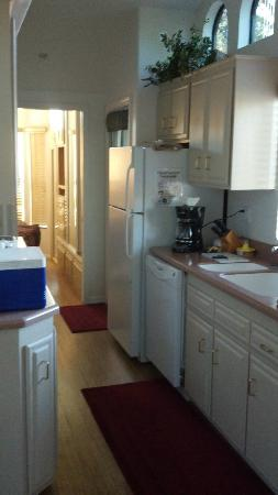 Sedona Pines Resort: Narrow kitchen area