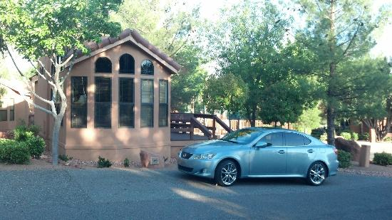 Sedona Pines Resort: View of Cottage (parking in front)