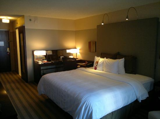 Crowne Plaza Chicago West Loop: Good sized, comfortable bed