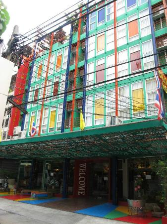 Silom Art Hostel: In front of the hostel