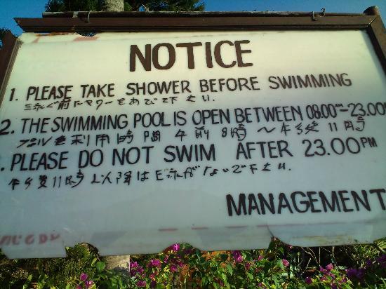 Bakungs Beach Hotel: ホテルのプールの注意書き。ヤワーってw 白人は時間守らない。