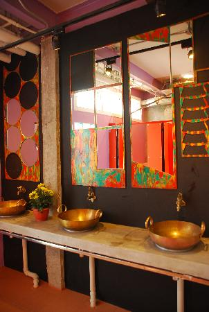 Silom Art Hostel: Shared Bathroom