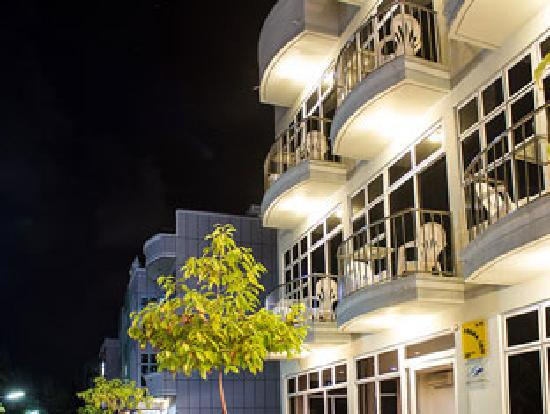 Fuana Inn: Hotel view at night