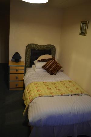 Rosemount Hotel: bed