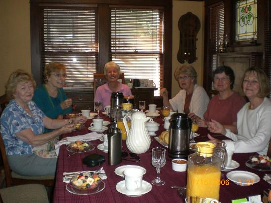 Cowslip's Belle B & B and Boutique Vacation Rentals: Breakfast at Cowslip's Belle with friends