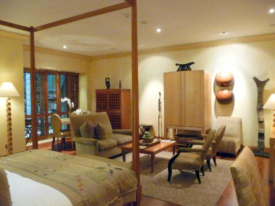 Saxon Hotel, Villas and Spa : Our room's seating area (TV in cabinet)