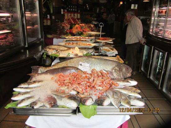 El Mesón De La Costa: Et enormt utvalg av fersk fisk og skalldyr. Mmmmmmm !!