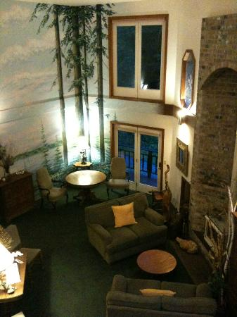 Eagles Nest Inn Bed and Breakfast: Looking down on the main common area from upstairs