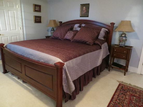 Abigail Inn : comfortable king bed in large Jefferson room, 3rd floor